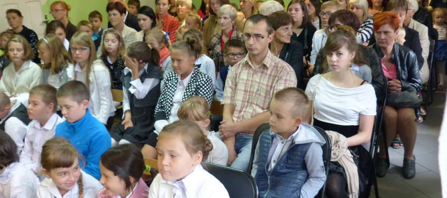 Szkolna brać z rodzicami i opiekunami zgromadzona w holu