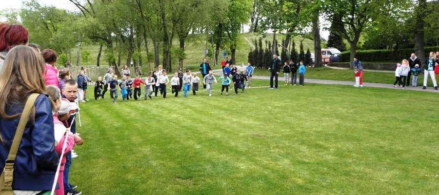 Kadr z biegów przełajowych z okazji Uchwalenia Konstytucji 3-go Maja w parku sportowo-rekreacyjnym w Lidzbarku
