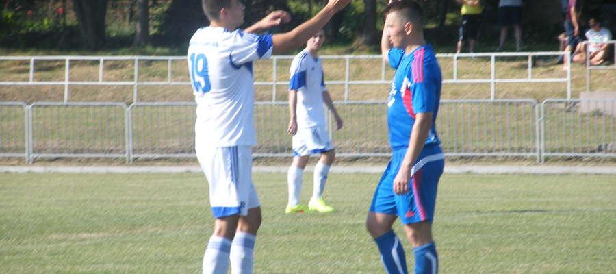 zdj. Łukasz Wolak ( pierwszy z prawej) zaliczył trzy asysty w meczu z Grunwaldem