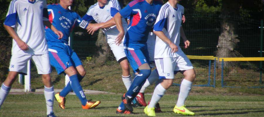 Para stoperów Gruszka (drugi z lewej)-Niedużak ( drugi z prawej) dobrze zagrała  w mecz z Olimpią II