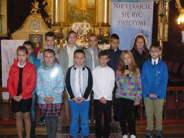 Uczniowie podczas występu w szkole