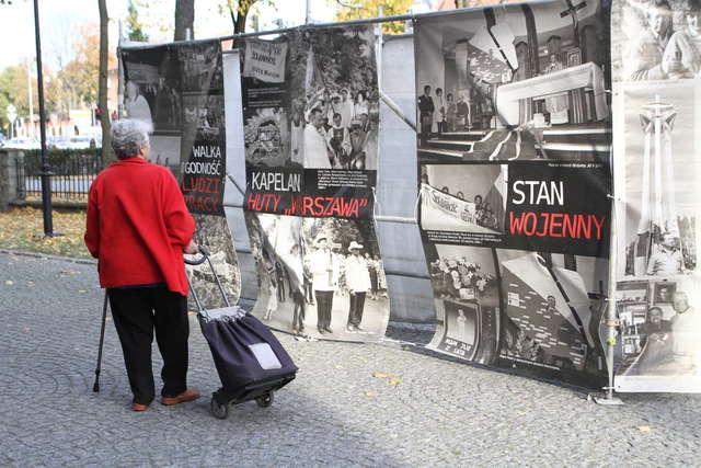 """Wystawę """"Nasz Duszpasterz i my"""" można oglądać przed kościołem św. Józefa na Zatorzu. - full image"""