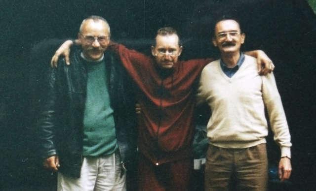 Po prawej stronie w jasnym sweterku zaginiony Stanisław Sarzyński. Po lewej , w jasnych spodniach mężczyzna z którym chce nawiązać kontakt brat zaginionego.