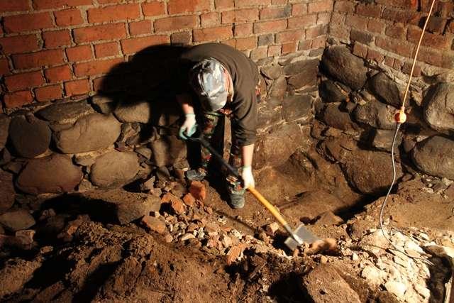 Prace archeologiczne w dawnym lochu - full image