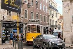 Largo Chiado - jak ten tramwaj tam się mieści?
