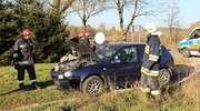 Fiat dachował. Volkswagen uderzył w przydrożne drzewo