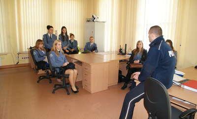 Klasa mundurowa z wizytą w braniewskiej komendzie