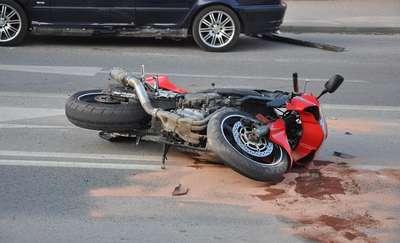 Pijany motocyklista wjechał w znak drogowy
