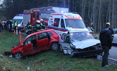 Czołowe zderzenie pod Spręcowem. Młody kierowca wypadł z zakrętu