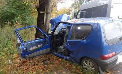 Uderzyła w drzewo z krzyżem. Wypadek na drodze nr 504