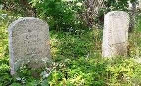 Na dawnym cmentarzu ewangelickim w Kożuchach koło Giżycka zachowało się juz tylko kilka czytelnych nagrobków. Fot. : wrzesień 2014