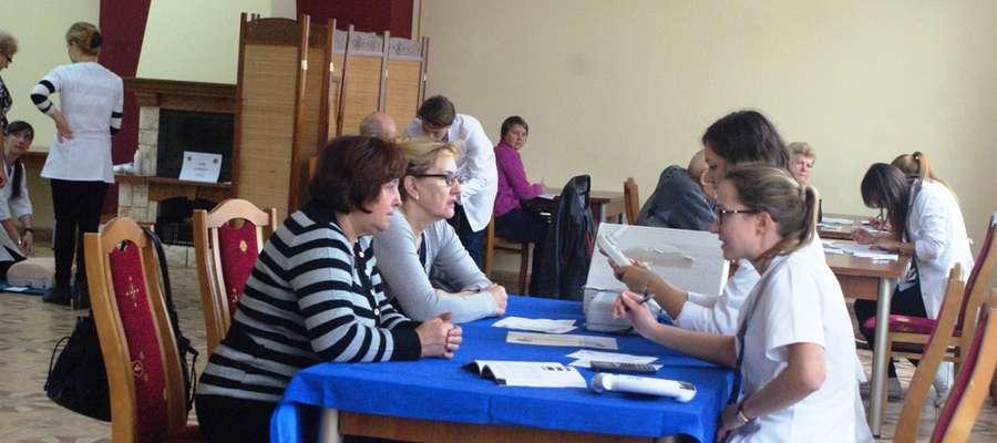 Pacjenci z miasta i gminy Pieniężno przechodzili przez kolejne gabinety, w których wykonywane były badania