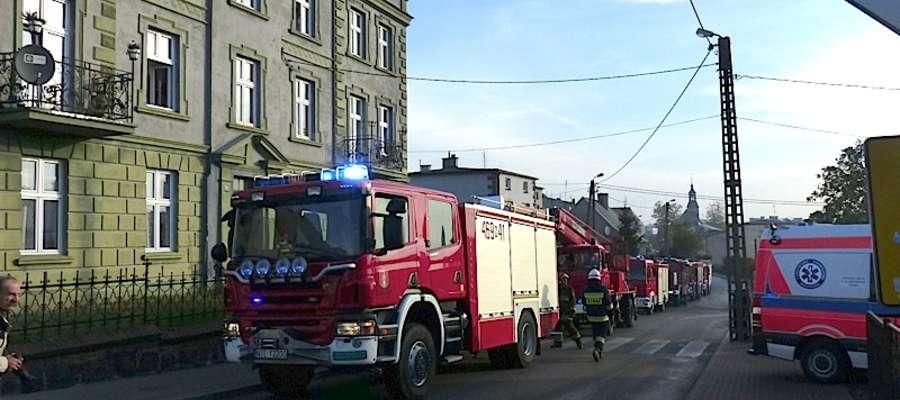 Sznurek strażackich wozów pod kamienicą na ul. Św. Barbary w Lubawie