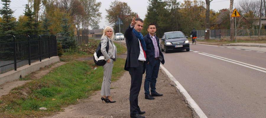 Jak ważne są chodniki w Dąbrowie i Franciszkowie marek Budzich pokazuje radnemu sejmiku Krzysztofowi Gawkowskiemu