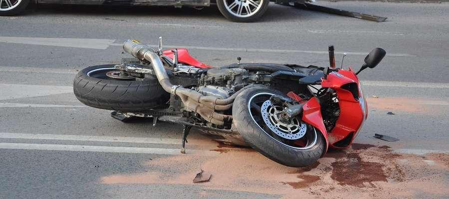 Wypadek na drodze wojewódzkiej. Nieprzytomny motocyklista trafił do szpitala