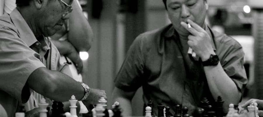 Ludzie wolą przebywać na świeżym powietrzu. Często grają tu w szachy