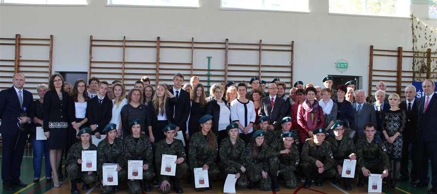 Pamiątkowe zdjęcie ślubowania klas pierwszych w roku szkolnym 2014/2015