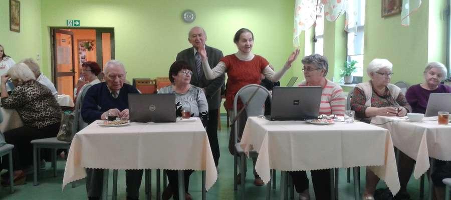 """Seniorzy """"Pojezierza"""" weszli w wirtualny świat"""