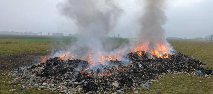 Policja prowadzi dochodzenie w sprawie spalania śmieci w Leśniewie