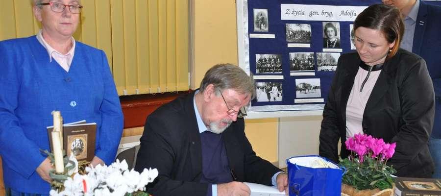 Mieczysław Bielski podpisuje książkę o generale