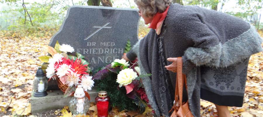 Przy nagrobku Jadwiga Wiśniewska, przewodnicząca nowomiejskiego oddziału Stowarzyszenia Ludności Pochodzenia Niemieckiego