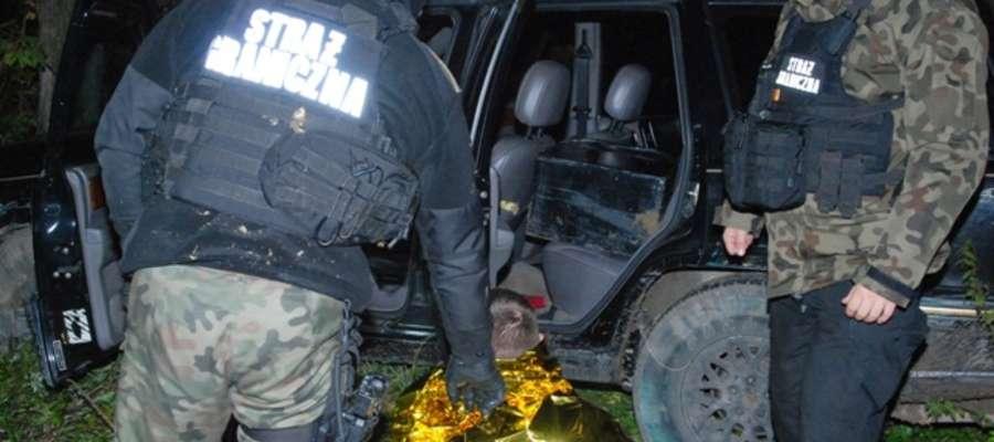 Uciekinier ominął blokady, staranował wóz straży granicznej i przejechał przez kolczatkę. Zatrzymał się po strzałach w przydrożnym rowie.