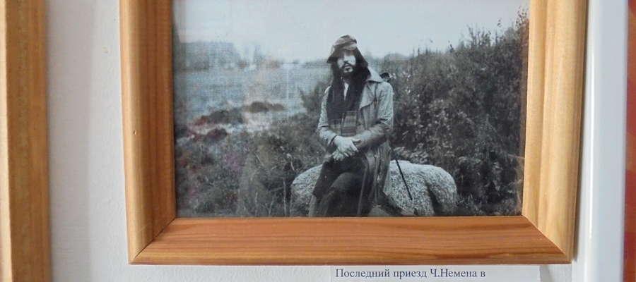 Ostatni przyjazd Czesława do Starych Wasiliszek, 1979 r. Artysta siedzi na kamieniu nad Niemnem