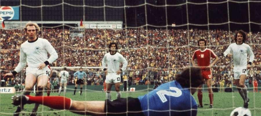 Tomaszewski broni strzał z rzutu karnego Uliego Hoenessa podczas mistrzostw świata w 1974 roku