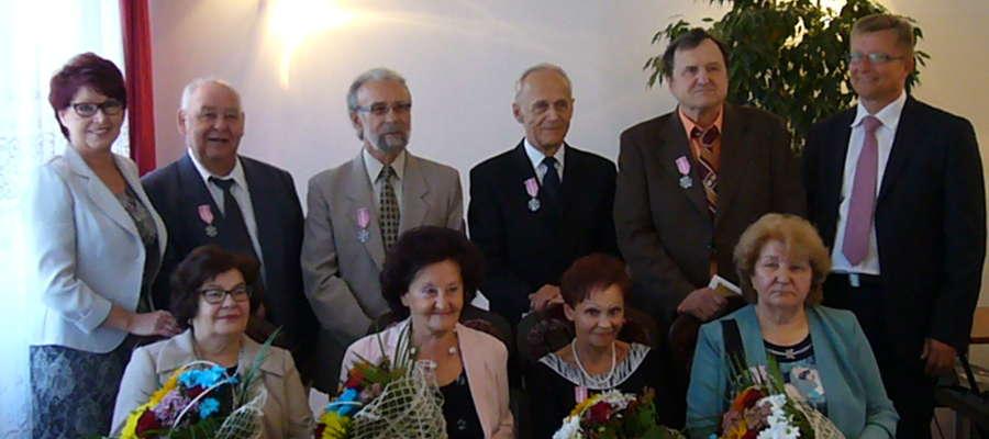 Jubilaci (od lewej: Olga i Stanisław Pakulscy, Helena i Zygmunt Wasilewscy, Maria i Grzegorz Szewczykowie Halina i Wacław Danilewiczowie w towarzystwie kierownik USC Haliny Hejman (pierwsza z lewej) oraz burmistrza Artura Wajsa (z prawej)