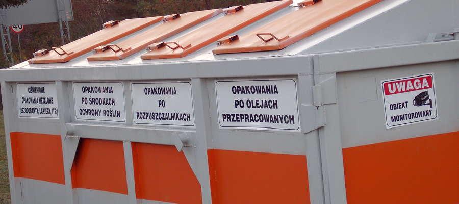 Naklejki umieszczono m.in. na pojemniku na odpady niebezpieczne znajdującym się na ul. Pomian.