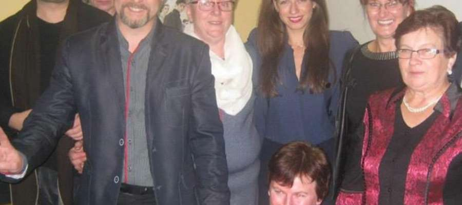 Wojciech Pałys (z lewej) i Sandra Staniszewska (trzecia z prawej u góry) w towarzystwie organizatorów i gości spotkania