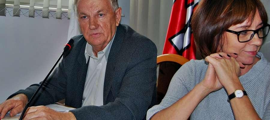 Może coś z Brzechwy: samochwała w kącie siedziała i wciąż tak opowiadała... Z lewej główny bohater artykułu, obok niego przewodnicząca Jolanta Mikołajewska