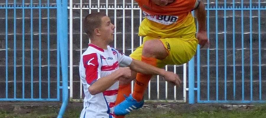 Krzysztof Kressin (ITR Jeziorak Iława, z prawej) podczas meczu z Płomieniem Turznica. Po tej główce padnie gol na 1:2