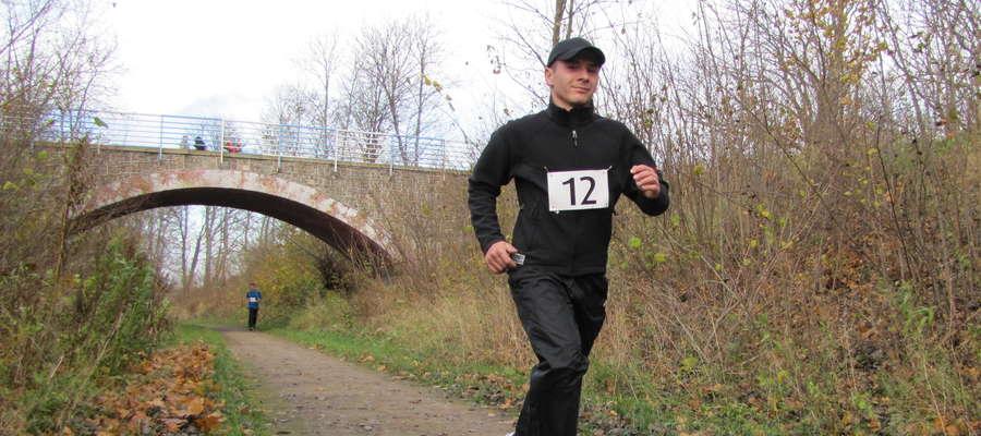 Krzysztof Kuprewicz z Węgorzewskiego Klubu Karate Kyokushin na trasie Półmaratonu Niepodległości, 2012 r.