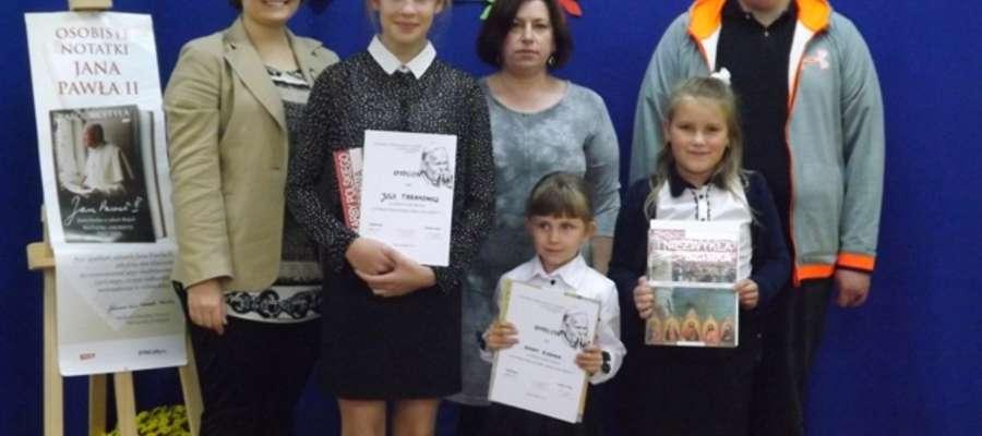 Laureaci konkursu recytatorskiego w SP w Sokolicy.