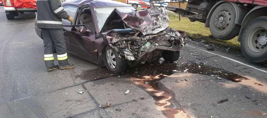 Tir po zderzeniu z trzema samochodami osunął się ze skarpy