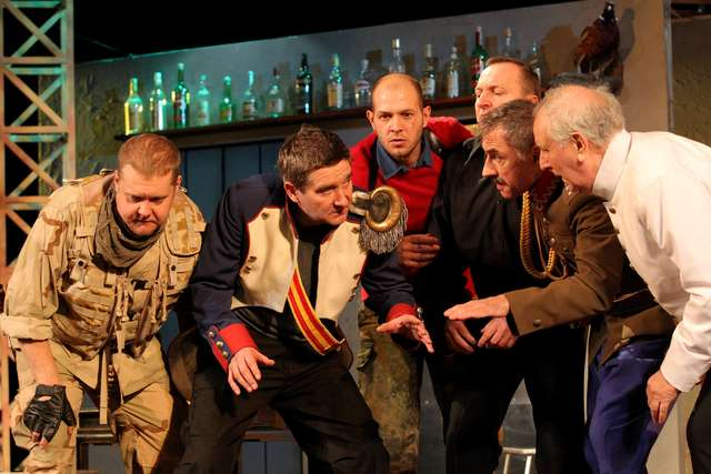 """Scena ze spektaklu """"Damy i huzary"""" w reżyserii Julii Wernio - full image"""