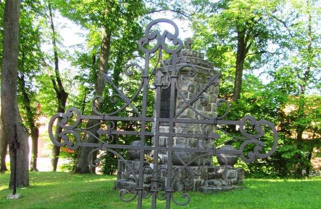Pomnik poległych stojący przed kościołem w Gutkowie (Olsztyn) - full image