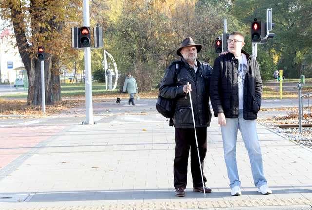 Pan Waldemar z Łukaszem codziennie pokonują pięć kilometrów z domu artysty do pracowni - full image