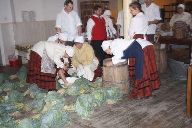 Panie z Zespołu Mazurska Kosaczewina w tradycyjnych mazurskich sdtrojach przygotowują kapustę do kiszenia - full image