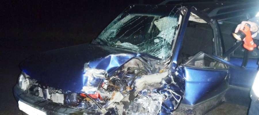 W niedzielę (9 listopada) kilkanaście minut po godz. 16:00 na drodze wojewódzkiej W 507 pomiędzy Pieniężnem a Cieszętami opel astra uderzył w drzewo