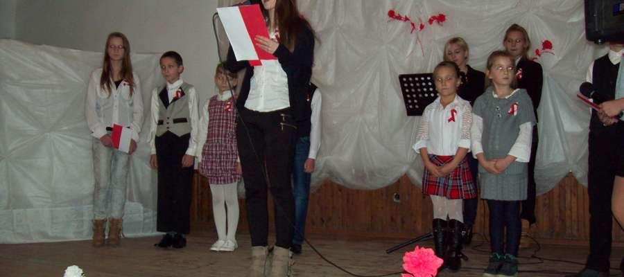 Młodzież  i dzieci przygotowały pieści i wiersze patriotyczne
