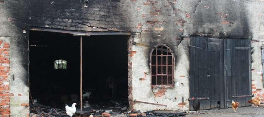 Ogniem objęte było pomieszczenie warsztatowe, a pożar stanowił zagrożenie dla całego budynku