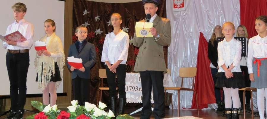 Zebrani obejrzeli przygotowany na tę okoliczność program artystyczny w wykonaniu dzieci i młodzieży