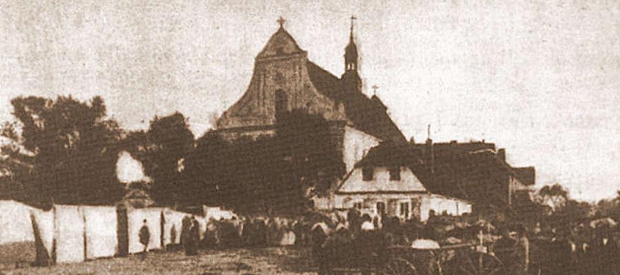 Ilustracją kolejnych wydarzeń z historii Żuromina jest zdjęcie kościoła pochodzące z 1896 roku. Na fotografii widzimy targ, który odbywał się na placu przed kościołem fot. zbiory autora