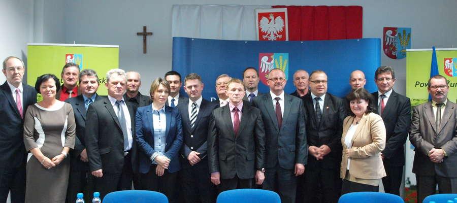 Pamiątkowe zdjęcie po ostatniej sesji Rady Powiatu