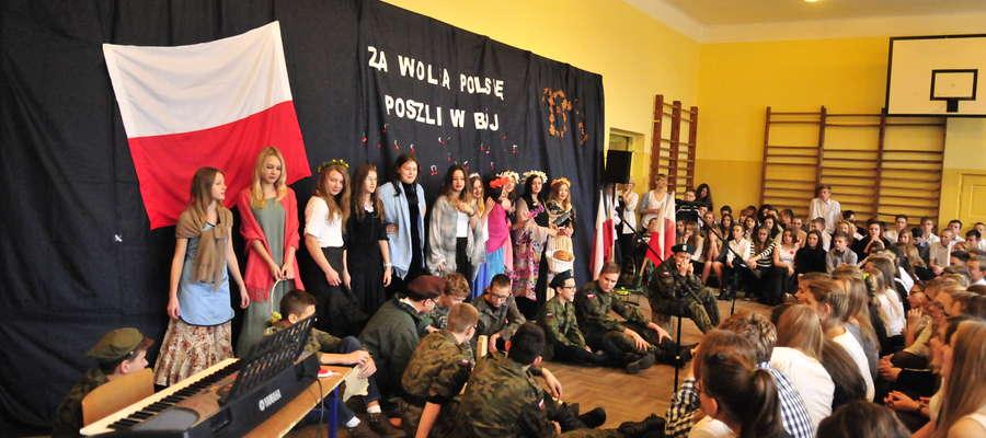 W Występie brali również udział nauczyciele (pan od fizyki Wojciech Żbikowski)