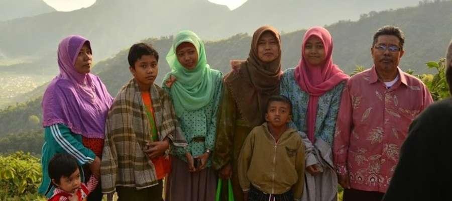 Tradycyjna indonezyjska rodzina. Do dziewczyny w zielonym hijabie (chustce na głowie) należałoby zwrócić się per mbak, pozostałe panie to ibu