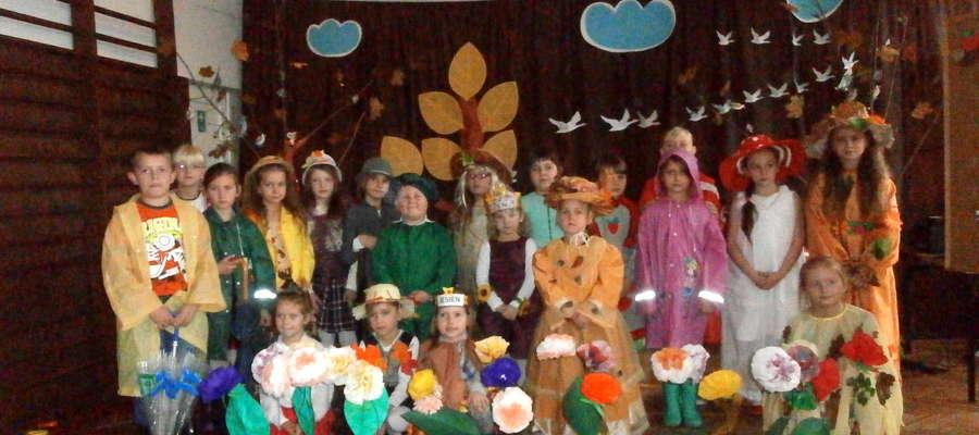 Dzieci w kolorowych strojach zaprezentowały swoje umiejętności sceniczne