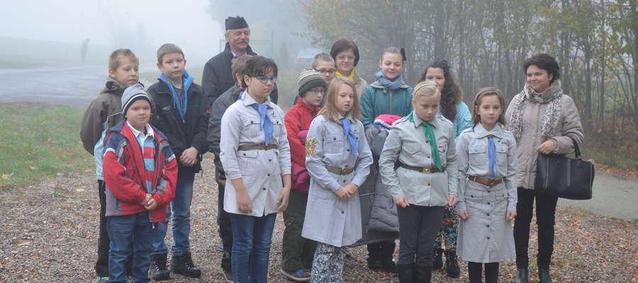 Uczniowie odwiedzili miejsce pamięci 1 listopada